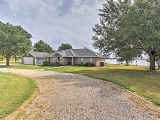 Spacious Waterfront Corsicana Home w/Deck & Views!