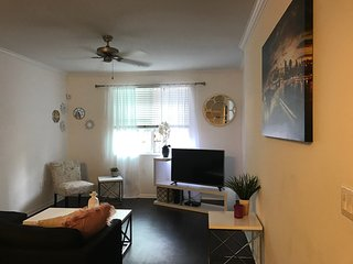 Luxurious Balcony PRIME LOCATION Hollywood Walk of Fame Condo with Parking