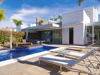 Superb 6 bedroom villa in the heart of Del Duque, private pool, heating for fee