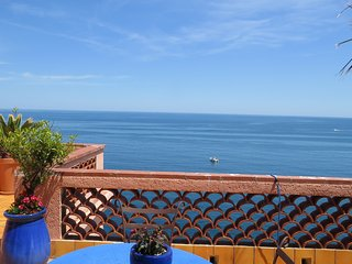 Maison exceptionnelle, grande terrasse face a la mer, au calme, parking prive