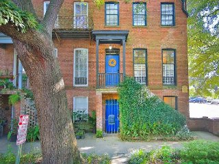 Stay with Lucky Savannah: Garden apartment below Southern Soul with courtyard