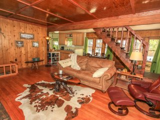~Lokkbakk Lodge~Relaxing Log Cabin~Custom Furnishings & Decor~Minutes To Town~