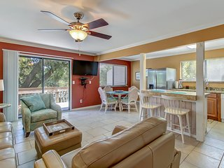 Min. to Beach, Clean, New Furnishings/Appliances, w/Shady Deck, Overlooking Pool