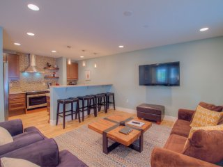 A Gem! NEW 2BR Breckenridge Condo Steps to Main St, Hot Tub, W/D, Free Parking!