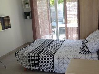 Studio meublé neuf avec terrasse