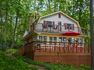 Charming lakefront home with great outdoor space!