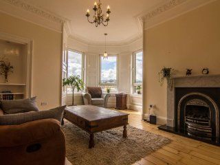 Sunny and spacious 2 bed flat with lounge, kitchen, fireplace and stunning views