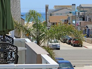 Remodeled 2 Bedroom Steps to the Beach Rooftop Deck with Hot Tub and BBQ!