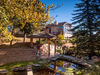 A Welcoming Mountain Home Overlooking Lake Estes! Private-yet, walk to Town