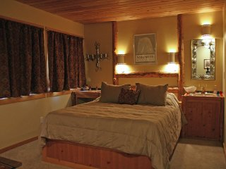 Yosemite Peregrine Lodge - Lodgepole Room - Inside the National Park Gates