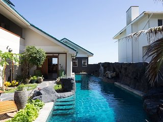 Kailua Ocean View Studio 2 decks-Upgraded-60 foot pool w waterfalls-Wow! $220