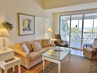 Spacious 3 bedroom with bonus room near pool and short walk to beach, C2624B