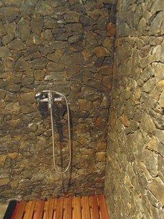 L'une des trois douches à l'italienne en pierres sèches