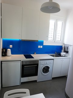 The fully equipped kitchen, with the beautiful blue glass on the wall