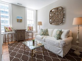 Stay with Lucky Savannah: One bedroom on Liberty Street with a King bed