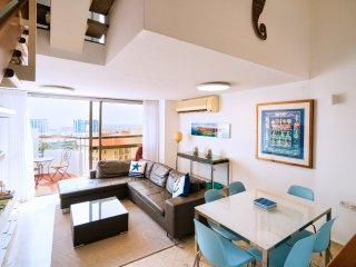Family-friendly 2-bedroom penthouse with sea views 150 meters from the beach