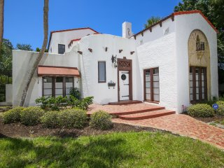 Historic Venice pool home - walk to shopping, restaurants and beach