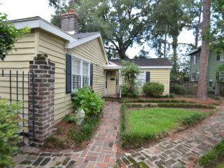 Cottage at Trustees Gardens- 2 Bedroom Charmer 1 block from River Street!