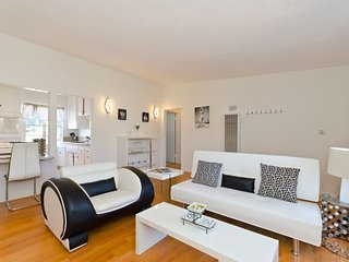 Sun-drenched WeHo 2 bed/1bath with Parking Space