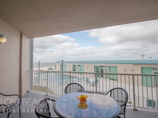Decorative Beach Suite w/ WiFi, Balcony, Grill, Pool & Fitness Center Access