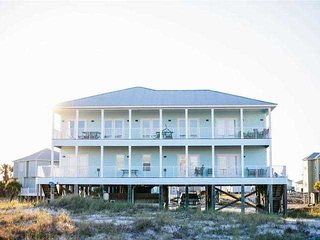 Dog friendly ~ Hang 10 Beach House: Recently Remodeled 10 BR ~ Sleeps 28, Privat