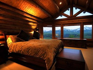 Luxury Mtn Log Home, Spacious/Serene/Picturesque w/Private Hot Tub, 2 Masters, 1