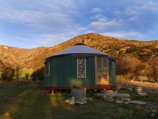Romantic Yurt, Stunning Views, near Wanaka
