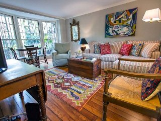 Stay Local in Savannah: Charming house off of Calhoun Square with courtyard