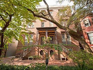 Stay Local in Savannah: 1 bedroom with lunch from Mrs. Wilkes restaurant