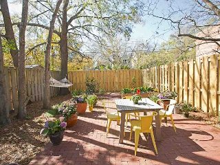 Stay with Lucky Savannah: 2 Bedroom Designer Cottage with Courtyard & Parking