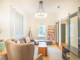 Stay with Lucky Savannah: Charming Gordon Street retreat with courtyard!