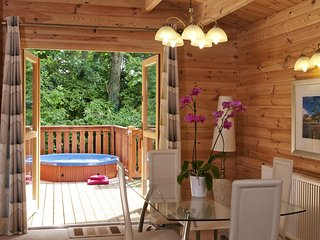 2 Bedroom Lodge with Hot Tub - 1211