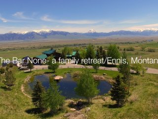 Family Retreat with spectacular views/trout pond/ Near ENNIS and Yellowstone prk