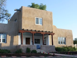 Classic Adobe Home Minutes from the Plaza; Sleeps 6; Hot Tub