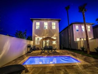 ~Beach Walk~ Upscale home, Close to Beach, Private Splash Pool. FREE Golf!