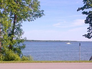 Relaxing lakefront cottage getaway with private lake access 1.5hr N of Toronto