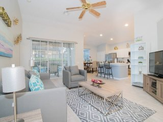 Luxury 4/3 updated with pool Single family house ,10 minutes away from disney.