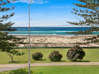 Kirra Vista Apartments Unit 18 - Right on the Beach in Kirra with free Wi-Fi