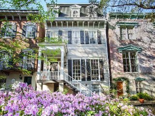 Stay Local in Savannah: Large home on beautiful Jones Street that sleeps 12