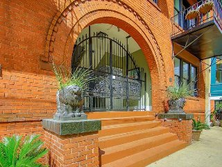 Stay Local in Savannah: Beautiful, centrally located, updated apartment