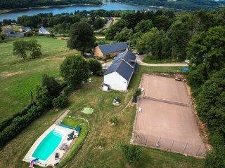 gite (13pers) vue magnifique sur montagnes/lac/piscine chauffée/court de tennis