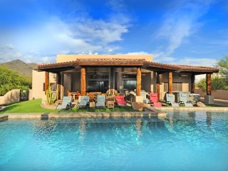 NORTH SCOTTSDALE SPA RETREAT: Sleeps 19+, Heated Pool, Spas, Outside Living Room