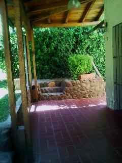 la galeria de acceso al jardín, equipada con luces y ventilador de techos...