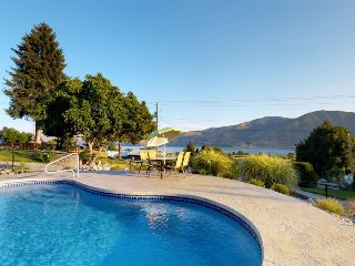 Rustic home near Lake Chelan with private pool, hot tub, & great views