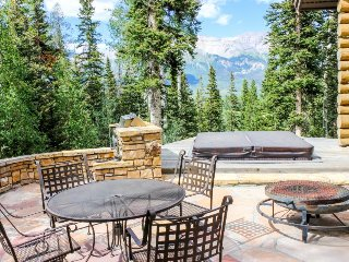 Luxury house right on the mountain - private hot tub, gas fireplace & more!
