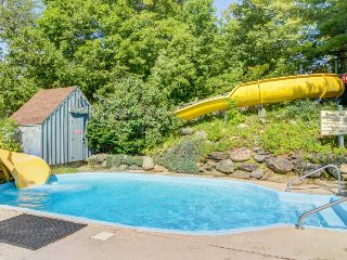 Mountain condo w/ access to shared pools for fee, ski slopes, and more!