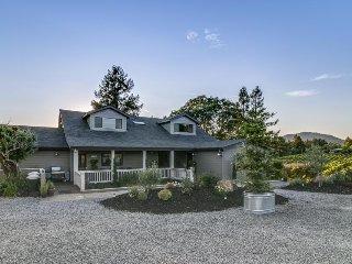 Gorgeous ranch & vineyard w/ pool, hot tub, deck, firepit & stunning views!