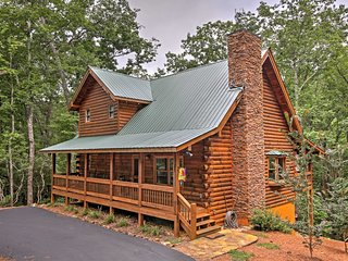 Peaceful Dahlonega Log Cabin w/ Pool Table & Deck!