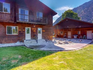 Expansive home w/ amazing mountain views & hot tub - close to hiking & river!