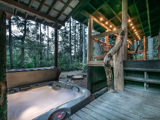 MEMORY LANE BUNGALOW: PRIVATE Hot Tub, WiFi, Foosball, Propane Firepit/Griill